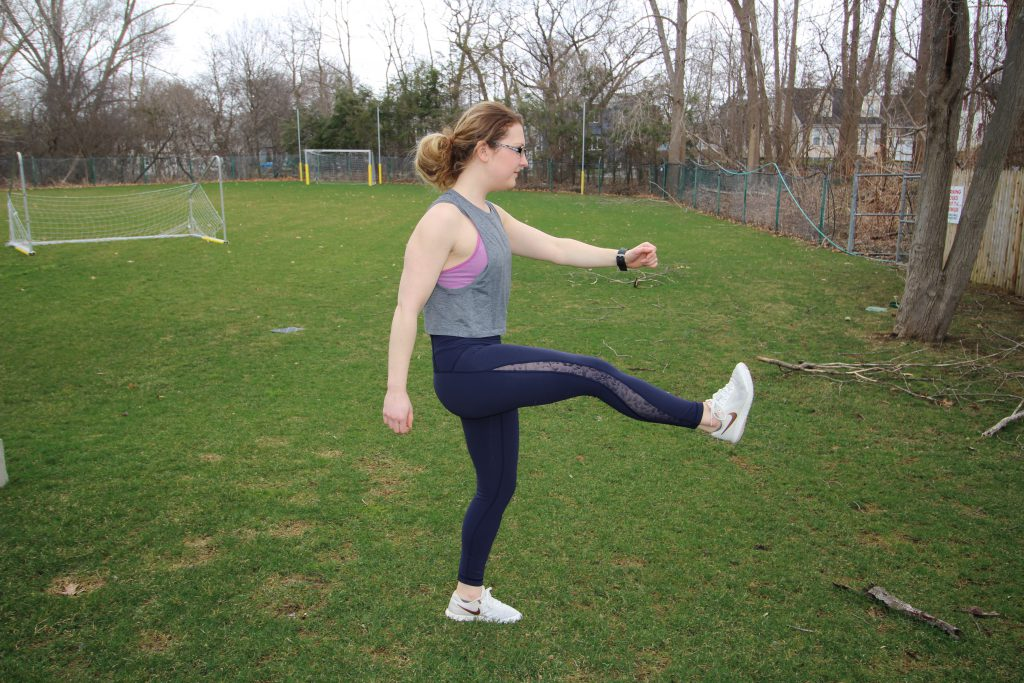 lunges, stepping lunges, stretches, stretching before exercise, post workout stretch, pre workout stretch, stretching, stretches, running tips, outdoor stretching tips, fitness, fitness blog, hip stretches, fitness tips