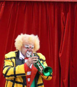 clown playing green trompet